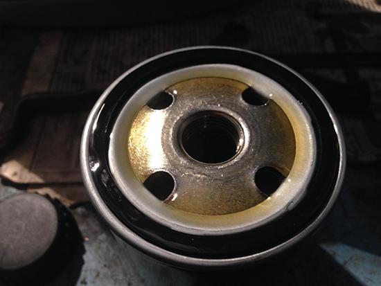 Наполняем масляный фильтр маслом и смазываем уплотнительное колльцо