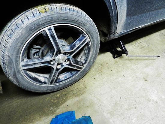 Домкратим машину и демонтируем колесо