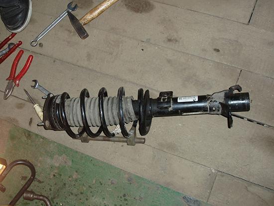 Осталось перекинуть пружину для этого используем стяжку  для пружин