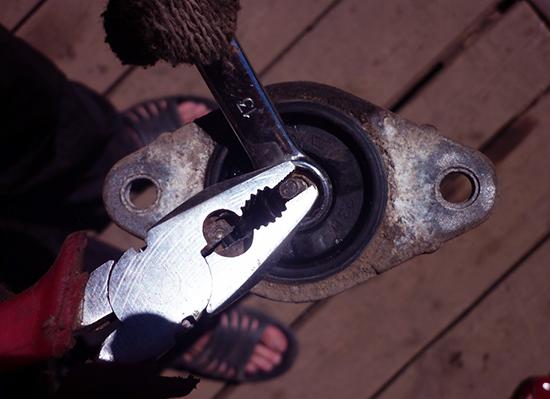 Плоскогубцами держим шток, и откручиваем ключом на 13 гайку
