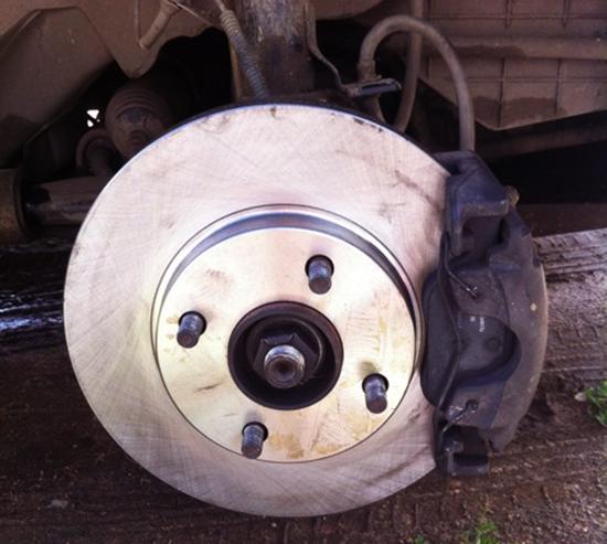Замена передних тормозных дисков Форд Фиеста своими руками