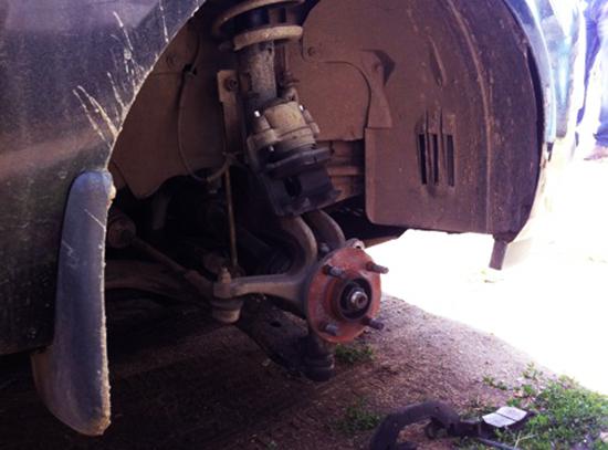 Старый тормозной диск снят все готово к установке нового тормозного диска