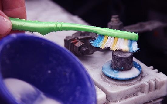 Очистка окислившихся клемм при помощи раствора соды и зубной щетки